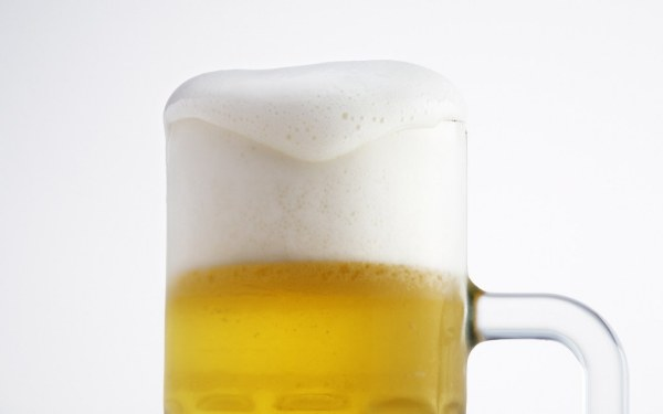 foamy-beer-close-up-beer-with-foam-bira-köpüğü